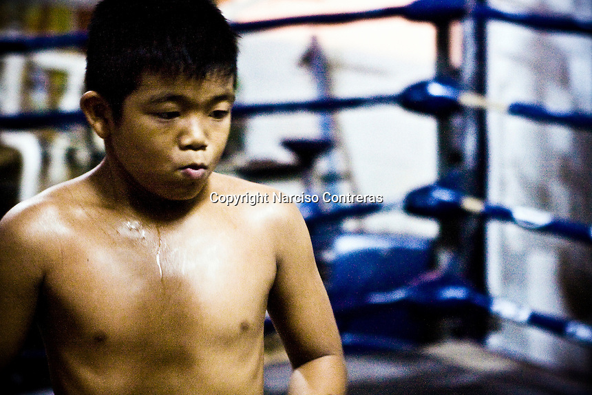 Som Mai Noi is a 12 years old kid, who is training very brave to get a better level in his short career of only 30 fights. He is one of the hosted kids which is being trained at the At´s gym in Bangkok streets. Each fight means for him 300 bath gain (10 american dollars). Over 20, 000 kids by year go up in to the ring boxing to smash by punch between them within a fight for a few bath. Either on the streets of Chiang Mai or Bangkok, or in a village in the country side, the Mua Thai gyms hosts these kids who aspire to fight one day into the big stadiums in Bangkok.