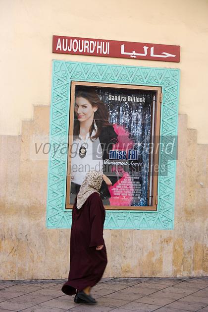 Afrique/Afrique du Nord/Maroc /Casablanca: contrastes culturel devant la façade art-déco du cinéma théatre le Rialto rue Med Qorri