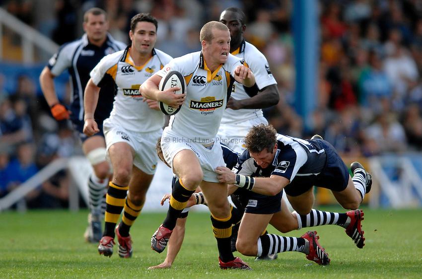 Photo: Richard Lane..Bristol Rugby v London Wasps. Guinness Premiership. 24/09/2006. .Wasps' Dave Walder breaks past Sam Cox.