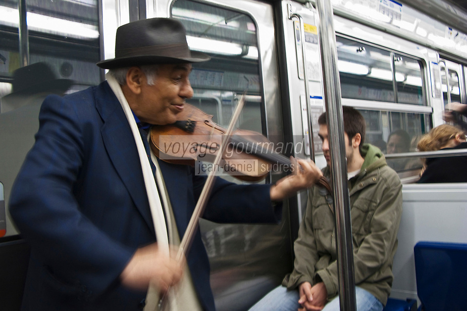 Europe/France/Ile de France/75/Paris: Dans le métro, Musicien tzigane [Non destiné à un usage publicitaire - Not intended for an advertising use]