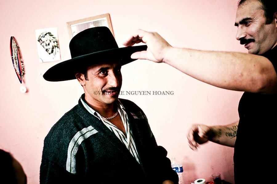 ) Nicolae and his brother are getting ready for a wedding. The hat is a tradionnal Roma habit...Nicolae et son frere se preparent pour un mariage. Le port d'un grand chapeau est l'un des codes traditionnels pour l'homme lors de célébrations et de festivités..