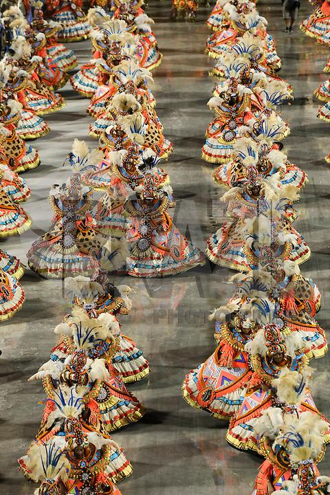 RIO DE JANEIRO, RJ, 17.02.2015 - CARNAVAL 2015 - RIO DE JANEIRO - GRUPO ESPECIAL / BEIJA-FLOR - Integrantes da ala das baianas da escola de samba Beija-Flor de Nilópolis durante desfile do grupo especial do Carnaval do Rio de Janeiro, na madrugada desta terça-feira, 17. (Foto: Gustavo Serebrenick / Brazil Photo Press)
