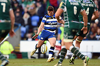 Freddie Burns of Bath Rugby kicks a drop goal. Aviva Premiership match, between London Irish and Bath Rugby on November 19, 2017 at the Madejski Stadium in Reading, England. Photo by: Patrick Khachfe / Onside Images