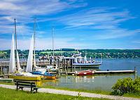 Deutschland, Bayern, Oberbayern, Ammersee, Utting: Schiffsanleger, Ausflugsschiff, Segelboote | Germany, Bavaria, Upper Bavaria, Ammer Lake, Utting: landing pier, excursion ship, sailing boats