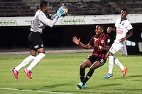 CòCUTA -COLOMBIA, 19-04-2015. Jose Cuadrado  (Izq) guardameta  del Once Caldas disputa el bal—n con Jonathan Palacios (Der) jugador del Cucuta Deportivo durante partido por la fecha 16 de la Liga Aguila I 2015 disputado en el estadio General Santander de la ciudad de Cœcuta./ Jose Cuadra (R) goalkeeper  of Once Caldas  struggles the ball with Jonathan Palacios  (L) player of Cucuta Deportivo during match for the 16th date of the Aguila League I 2015 played at General Santander Stadium in Cucuta city. Photo: VizzorImage/Manuel Hernandez/Cont