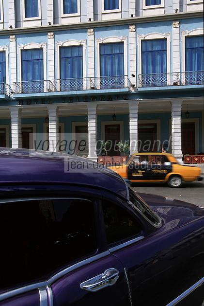 Cuba/La Havane: Hotel Telegrafo de style Art Déco sur le Prado - vieille voiture américaine chevrolet et taxi