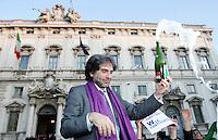 Il leader del Popolo Viola Gianfranco Mascia stappa una bottiglia di spumante  davanti alla sede della Corte Costituzionale, a Roma, 13 gennaio 2011, per festeggiare la parziale bocciatura della legge sul legittimo impedimento..UPDATE IMAGES PRESS/Riccardo De Luca