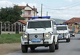 Kfor Fahrzeuge in er Nähe von Pristina. Die internationale Kosovo Force der Nato überwacht die Sicherheit im Kosovo nach. der 1999 beschloßenenn Resolution 1244 des Sicherheitsrates der Vereinten Nationen. /   The NATO-led Kosovo forces entered the Kosovo in 1999. Kfor-Cars  near Prishtina the Capital of Kosovo.