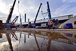UTRECHT - In Utrecht heeft Rijkswaterstaat afgelopen weekendde Galecopperbrug (A12) over Amsterdam-Rijnkanaal versterkt met 300 meter lange stalen liggers. Tot eind 2015 renoveren Rijkswaterstaat en Combinatie Galecom de Galecopperbrug bij Utrecht (A12 over Amsterdam-Rijnkanaal). De brug wordt onder andere versterkt met bijna zes miljoen kilo staal, waaronder stalen liggers met meer dan 300 meter lengte. In het weekend van 7 en 8 juni werd de ligger in delen aangevoerd vanuit werkplaatsen in Krimpen a/d IJssel en Gorinchem en vervolgens met behulp van drijvende bokken aan de zuidkant van de brug gemonteerd. In twee andere weekenden in juni installeert de aannemer de liggers aan de noordzijde en in het midden van de brug. COPYRIGHT TON BORSBOOM