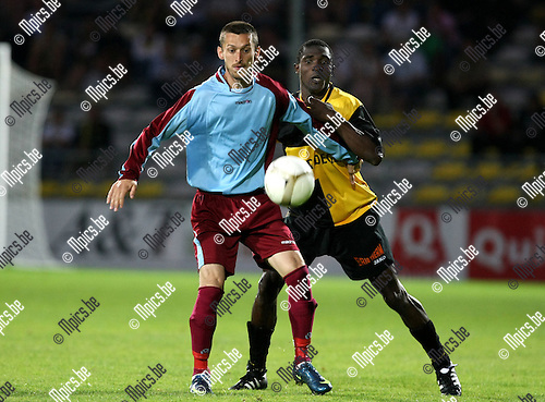2009-08-22 / Voetbal / Cofidis Cup / K. Lierse SK - RFC Hoei / William Mensah (Lierse) in de rug van Yilmaz..Foto: Maarten Straetemans (SMB)