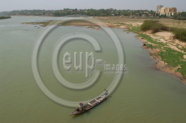 Niamey - Niger, March 30, 2012 -- Banks of River 'Fleuve' Niger at low water-level, two men in a boat fishing -- Photo: Horst Wagner / eup-images