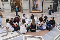 - Milano, turisti stranieri visitano il centro citt&agrave;<br /> <br /> - Milan, foreign tourists visit the city center