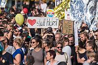 Am Samstag den 13. Oktober 2018 demonstrierten nach Veranstalterangaben ueber 140.000 Menschen in Berlin mit der Demonstration #unteilbar gegen den Rechtsruck in der Gesellschaft und der Politik. Sie forderten &quot;Eine offene und freie Gesellschaft - Solidaritaet statt Ausgrenzung&quot;.<br /> Die Demonstration zog vom Alexanderplatz zur Siegessaeule, wo die Abschlusskundgebung mit Redebeitraegen und Livemusik, u.a. mit Herbert Groenemyer, stattfand.<br /> 13.10.2018, Berlin<br /> Copyright: Christian-Ditsch.de<br /> [Inhaltsveraendernde Manipulation des Fotos nur nach ausdruecklicher Genehmigung des Fotografen. Vereinbarungen ueber Abtretung von Persoenlichkeitsrechten/Model Release der abgebildeten Person/Personen liegen nicht vor. NO MODEL RELEASE! Nur fuer Redaktionelle Zwecke. Don't publish without copyright Christian-Ditsch.de, Veroeffentlichung nur mit Fotografennennung, sowie gegen Honorar, MwSt. und Beleg. Konto: I N G - D i B a, IBAN DE58500105175400192269, BIC INGDDEFFXXX, Kontakt: post@christian-ditsch.de<br /> Bei der Bearbeitung der Dateiinformationen darf die Urheberkennzeichnung in den EXIF- und  IPTC-Daten nicht entfernt werden, diese sind in digitalen Medien nach &sect;95c UrhG rechtlich geschuetzt. Der Urhebervermerk wird gemaess &sect;13 UrhG verlangt.]