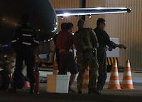 BRASILIA, DF, 21.07.2016 - OPERAÇÃO-HASHTAG - Policiais da Policia Federal escoltam presos da Operação Hashtag, contra terrorismo, ao chegar ao hangar da Policia Federal na cidade de Brasilia, nesta quinta-feira, 21. (Foto:Ed Ferreira / Brazil Photo Press)
