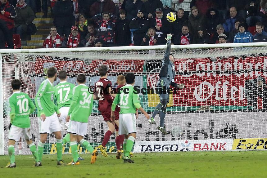 Diego Bengalio (Wolfsburg) lenkt den Ball ueber die Latte
