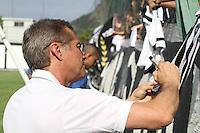 RIO DE JANEIRO, RJ, 04 DE JANEIRO DE 2012 –  Osvaldo de Oliveira, treinador do Botafogo, atende aos pedidos de autógrafo da torcida, durante a reapresentação do time, na sede de General Severiano na cidade do Rio de Janeiro nessa quarta-feira, 04. FOTO: BRUNO TURANO – NEWS FREE. jogador do Botafogo durante a reapresentação do time, na sede de General Severiano na cidade do Rio de Janeiro nessa quarta-feira, 04. FOTO: BRUNO TURANO – NEWS FREE.