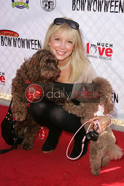 Courtney Peldon<br />at The 5th Annual BowWowWeen Benefit Presented by Dog.com. Barrington Dog Park, Los Angeles, CA. 10-29-06<br />Dave Edwards/DailyCeleb.com 818-249-4998