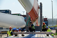 GERMANY Hamburg, construction of new Nordex wind turbine at treatment plant of Hamburg Wasser, the local water supplier, transport of rotor blades / DEUTSCHLAND Hamburg, Aufbau einer Nordex Windkraftanlage auf dem Gelaende Klaerwerk Koehlbrandhoeft von Hamburg Wasser, Anlieferung Nordex Rotorblaetter