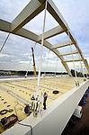 AMSTERDAM - Langs het Amsterdam-Rijnkanaal leggen medewerkers van bouwcombinatie CFE Nederland en Victor Buyck Steel Construction de laatste hand aan de nieuwe oostelijke oeververbinding voor IJburg: de Brug 2007. Het 150 meter lange en 24 meter hoge stalen gevaarte is het afgelopen jaar langs het kanaal opgebouwd en wordt binnenkort met pontons en kranen op zijn plek getild. De door Quist Wintermans Architecten en Ingenieursbureau Bureau Amsterdam ontworpen brug kost ruim 25 miljoen euro en moet in het voorjaar van 2013 klaar zijn. COPYRIGHT TON BORSBOOM
