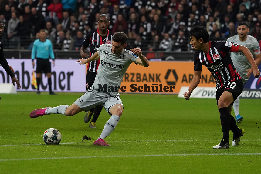 Lucas Alario (Bayer Leverkusen) zieht ab - 18.10.2019: Eintracht Frankfurt vs. Bayer 04 Leverkusen, Commerzbank Arena, <br /> DISCLAIMER: DFL regulations prohibit any use of photographs as image sequences and/or quasi-video.