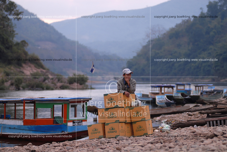 """S?dostasien Asien Indochina Laos Mekong Region .Menschen und Boote in Muang Khua am Nam Ou Fluss , ein Zufluss des Mekong   -  Tourismus Transport xagndaz 