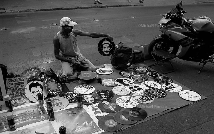Santiago (Chile) 2018<br /> <br /> Homme vendant des disques horloges.<br /> <br /> Man selling clocks in disks