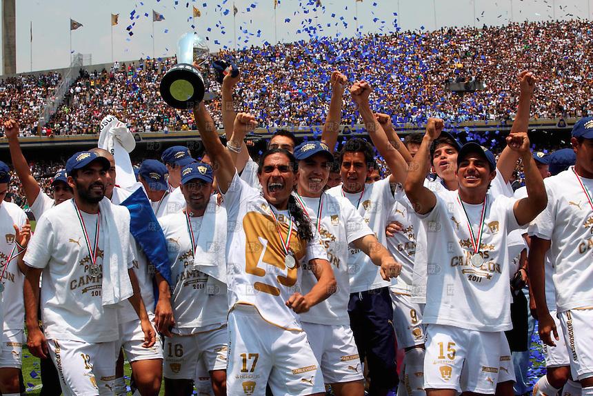 MDF10522.  México, D.F.- Jugada durante la final de futbol entre los pumas de la UNam y Los Monarcas del Morelia en el  estadio de Olimpico de Ciudad Universitaria. NOTIMEX/FOTO/ALEJANDRO MELÉNDEZ/AMO/SPO/