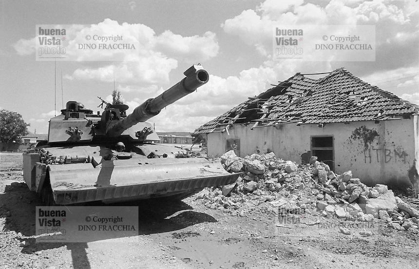 - Kosovo, one of the English tanks Challanger II lines up at the border with the Serbia near city of Podujevo<br /> <br /> - Kossovo, uno dei carri armati inglesi Challanger II schierati al confine con la Serbia nei pressi della citt&agrave;&nbsp; di Podujevo