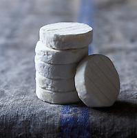 Europe/France/Midi-Pyrénées/Lot: AOC Rocamadour, Fromage de Chêvre - Stylisme : Valérie LHOMME //  France, Lot, AOC Rocamadour, goats cheese (food stylist Valerie LHOMME)
