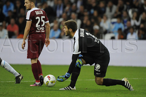 16.10.2016. Marseille, France. French league 1 football. Olympique Marseille versus Metz.  Goalkeeper Didillon (Metz) puts the ball back into play