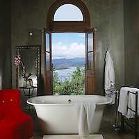A bathroom at The Grand Cafe & Rooms with a view over Plettenberg Bay