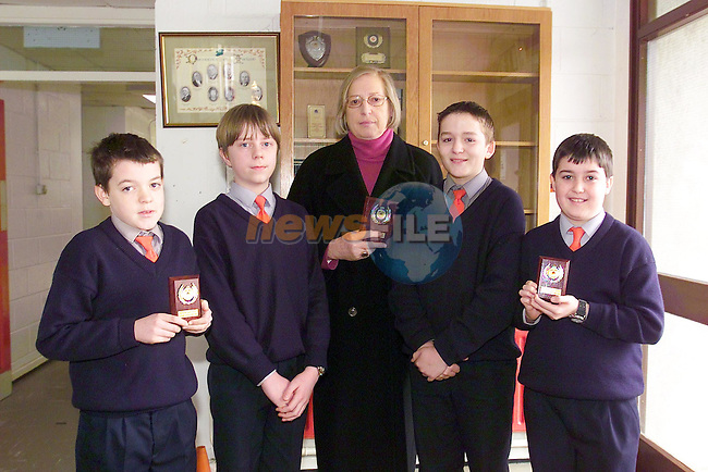 Liam Duffy, Cian O'hara, Barbara Molloy Teacher, James gaffy and Matthew Macfarlane winners of the U/13 east Meath Credit Union Quiz..Picture Fran Caffrey Newsfile.