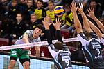 11.11.2017, Arena Kreis Dueren, Dueren<br />Volleyball, Bundesliga MŠnner / Maenner, Normalrunde, SWD powervolleys DŸren / Dueren vs. Netzhoppers Kšnigs / Koenigs Wusterhausen<br /><br />Angriff Theo Timmermann (#11 Netzhoppers) - Block Dirk Westphal (#9 Dueren), Tim Broshog (#3 Dueren)<br /><br />  Foto © nordphoto / Kurth