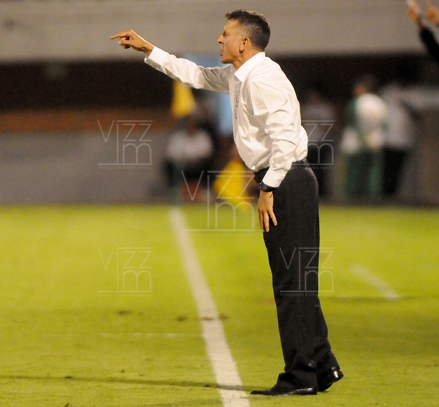 MEDELLIN -COLOMBIA, 05-12-2013. Juan Carlos Osorio técnico de  Atlético Nacional gesticula durante partido con Itaguí por la fecha 5 de los cuadrangulares finales de la Liga Postobón II 2013 jugado en el estadio Metroplitano Ciudad de Itagüí./Juan Carlos Osorio coach of Atletico Nacional gestures during match against Itagui for the fifth date of final quadrangulars of the Postobon League II 2013 played at Metropolitano Ciudad de Itagüi. Photo: VizzorImage/Luis Rios/STR