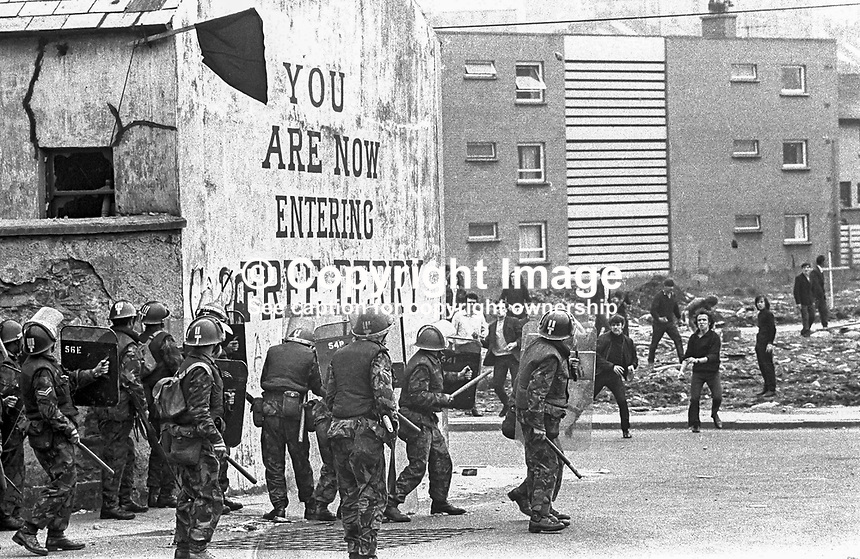 British soldiers on duty in Londonderry, N Ireland, UK, clash with stone-throwing youths at Free Derry Corner in the Bogside district of the city. September 1969. 196909000045.<br />