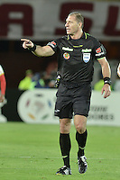 BOGOTÁ-COLOMBIA-20-05-2015. Gabriel Pitana arbitro de Argentina, durante partido de ida entre Independiente Santa Fe de Colombia y Internacional de Porto Alegre, Brasil, por cuartos de final de la Copa Bridgestone Libertadores 2015 jugado en el estadio Nemesio Camacho El Campin de la ciudad de Bogota. / Gabriel Pitana, Argentina, referee during the first leg match between Independiente Santa Fe of Colombia and Internacional of Porto Alegre, Brazil, for the final quarters of the Copa Bridgestone Libertadores 2015 played at Nemesio Camacho El Campin stadium in Bogota city.  Photo: VizzorImage/ Gabriel Aponte /Staff
