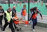 Maartje Paumen verlaat met een blessure het veld. Manchester. Maartje Paumen verlaat geblesseerd het veld . Een ernstige knieblessure. COPYRIGHT KOEN SUYK