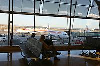 Passeggeri in attesa di partire nel Terminal 4 dell'Aeroporto di Barajas di madrid