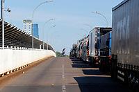 Foz do Iguaçu (PR), 23/03/2020 - Coronavirus / Foz do Iguaçu -  Movimentação intensa de caminhões na Ponte Internacional da Amizade sentido Paraguai na manhã desta quarta-feira (25). O presidente Paraguaio decretou fechamento total, apenas caminhões podem circular.(Foto:Paulo Lisboa/Brazil Photo Press/Agencia O Globo) País