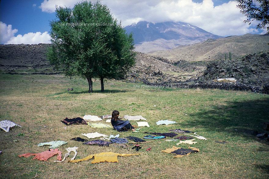 Turquie 2001.Une petite fille surveille le linge de la famille séchant au pied de l'Ararat  .Turkey 2001 .A little girl watching the washing near Ararat