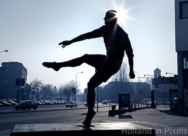 Beeld  van een voetballer voor het PSV  stadion in Eindhoven