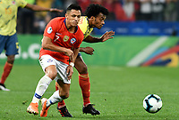 SAO PAULO – BRASIL, 28-06-2019: Juan Cuadrado de Colombia disputa el balón con Alexis Sanchez de Chile durante partido por cuartos de final de la Copa América Brasil 2019 entre Colombia y Chile jugado en el Arena Corinthians de Sao Paulo, Brasil. / Juan Cuadrado of Colombia vies for the ball with Alexis Sanchez of Chile during the Copa America Brazil 2019 quarter-finals match between Colombia and Chile played at Arena Corinthians in Sao Paulo, Brazil. Photos: VizzorImage / Julian Medina / Cont /