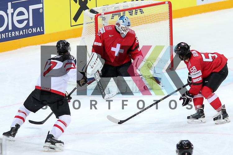 Schweizs Blum, Eric (Nr.58) im Zweikampf mit Canadas Crosby, Sidney (Nr.87) vor Schweizs Bera, Reto (Nr.20) mit einer Parade im Spiel IIHF WC15 Schweiz vs. Canada.<br /> <br /> Foto &copy; P-I-X.org *** Foto ist honorarpflichtig! *** Auf Anfrage in hoeherer Qualitaet/Aufloesung. Belegexemplar erbeten. Veroeffentlichung ausschliesslich fuer journalistisch-publizistische Zwecke. For editorial use only.