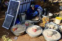 BURKINA FASO, Provinz Poni, Gaoua, weekly market with food crops and solar panels / Gaoua, Markt, Verkauf Bohnen, Reis, Stand mit Solar Modulen