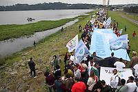 SAO PAULO, SP - 31.05.2015 - REPRESA-GUARAPIRANGA - Populares durante abraço simbólico da Represa de Guarapiranga na região sul de São Paulo neste domingo, 31. Desde 2006, organizações da sociedade civil promovem o Abraço à Guarapiranga, uma manifestação de respeito e carinho da população da cidade de São Paulo para com as suas fontes de abastecimento de água. É também um ato de indignação e alerta pelo descuidos dos governos com a preservação dos mananciais. (Foto: Douglas Pingituro/Brazil Photo Press)