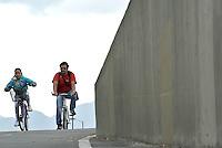 BOGOTÁ -COLOMBIA. 24-03-2014. La Ciclovía en Bogotá cumple 40 años ofreciendo un espacio de recreación a los bogotanos cada semana los días domingo y festivos.  El grupo de promotores de La Ciclovía regalaron a los usuarios a partir de hoy 23 de marzo de 2014 el servicio de préstamo de bicicletas entre las cuales se encuentran las familiares./ The bike path in Bogota celebrates 40 years of its creation providing a recreation space to the citizens every week on Sundays and holidays. The group of promoters of The Ciclovia gave to the users th new service of Bike loan between wich are the familiar bikes. Photo: VizzorImage/Gabriel Aponte/ Str