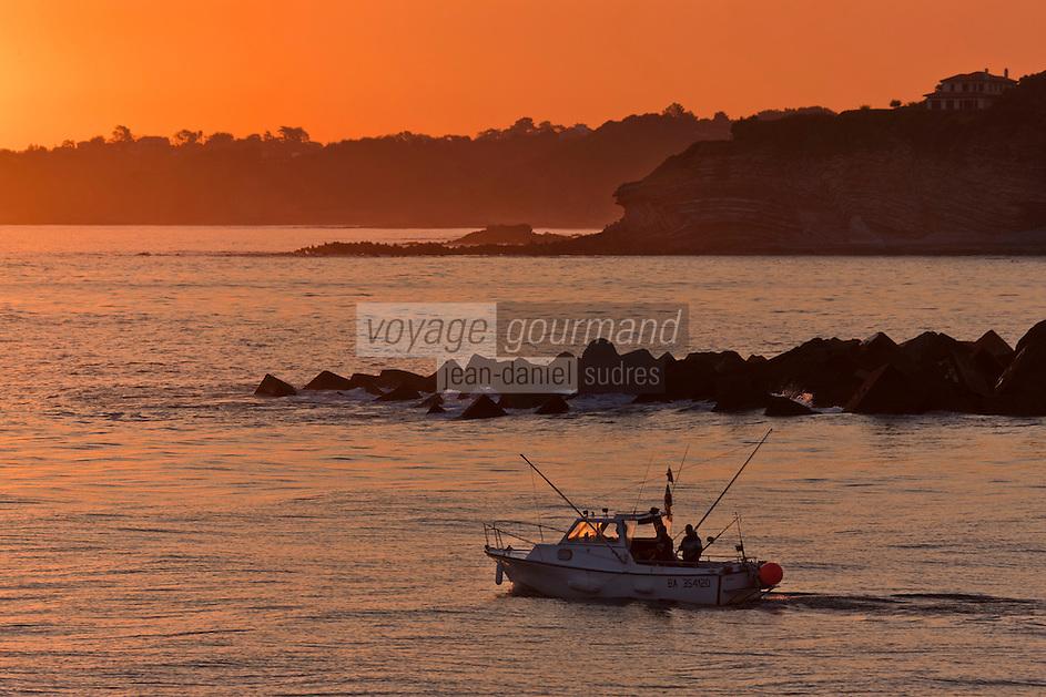 Europe/France/Aquitaine/64/Pyrénées-Atlantiques/Pays-Basque/Ciboure:  Départ à la pêche au gros à la sortie de la Baie de Saint-Jean-de-Luz depuis la jetée du port de Cibourel