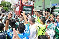 SAO PAULO, SP, 14 Janeiro 2012.Torcedores do Palmeira se reune para procissao do Goleiro Marcos na frente da sede social do Clube  .  (FOTO: ADRIANO LIMA - NEWS FREE)