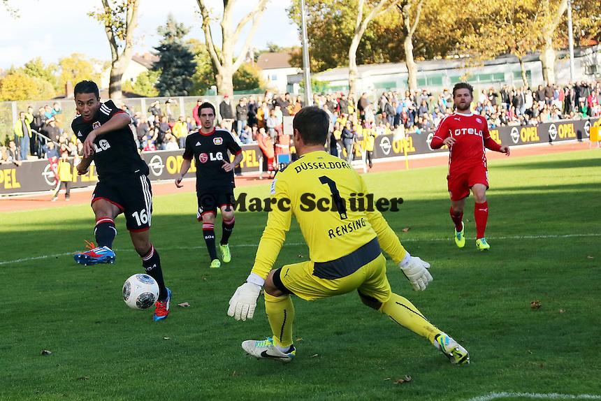 Aziz Bouhaddouz (Bayer) erzielt das 1:0 gegen Michael Rensing (Fortuna)
