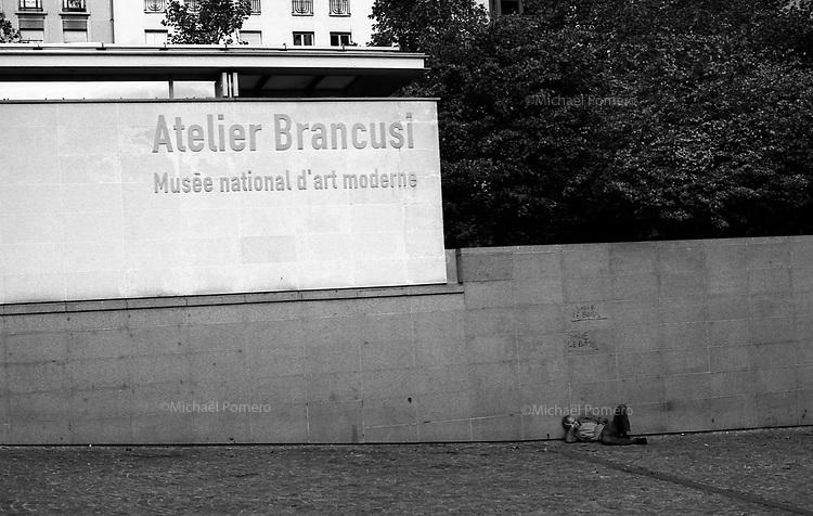 10.2010 Paris (île de france)<br /> <br /> Homme en train de dormir devant Beaubourg.<br /> <br /> Man sleeping in front of Beaubourg.